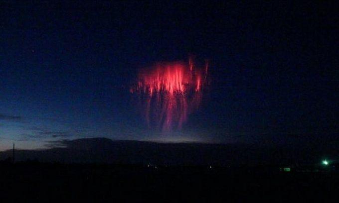 Sét hình sứa đỏ rực trên bầu trời
