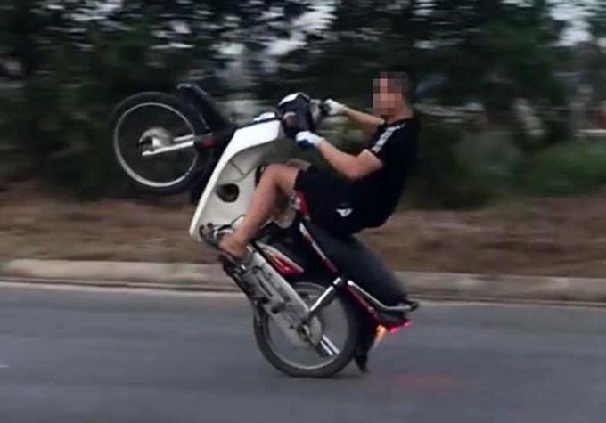 Thanh niên bốc đầu xe máy bị phạt 4 triệu đồng