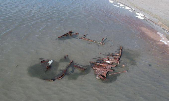 Xác tàu vùi dưới cát 120 năm phát lộ sau bão
