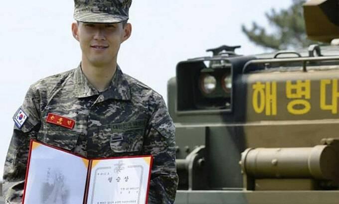 Son Heung-min nhận thưởng ở khóa huấn luyện quân sự